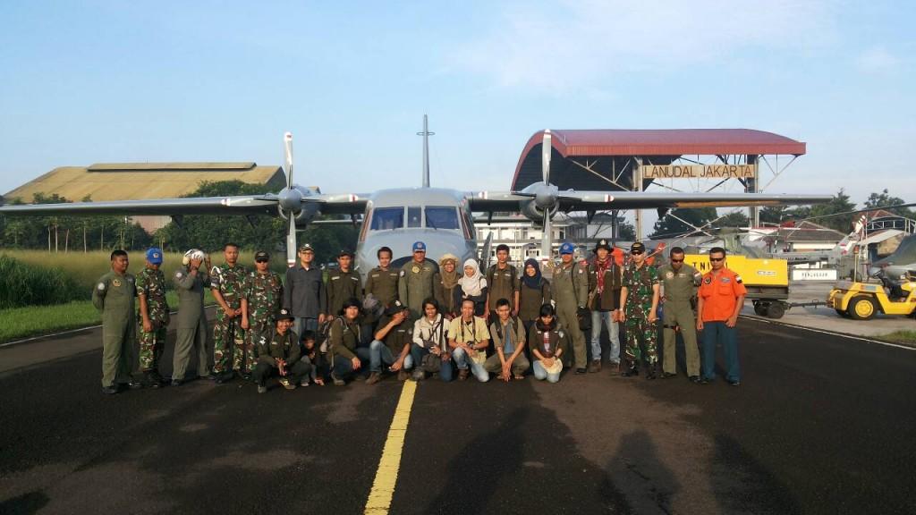 Tim EKspedisi Batas Negeri berfoto sesaat sebelum menaiki pesawat di Lanudal Pondok Cabe, Jaksel
